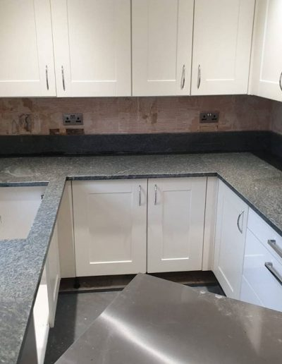 Chichester Granite - kitchen with granite verde worktop